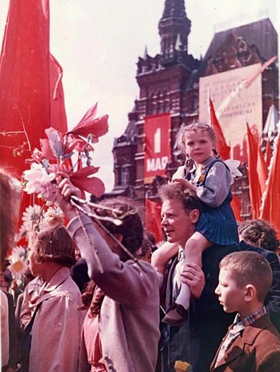 赤の広場のメーデーのデモ行進。1954年