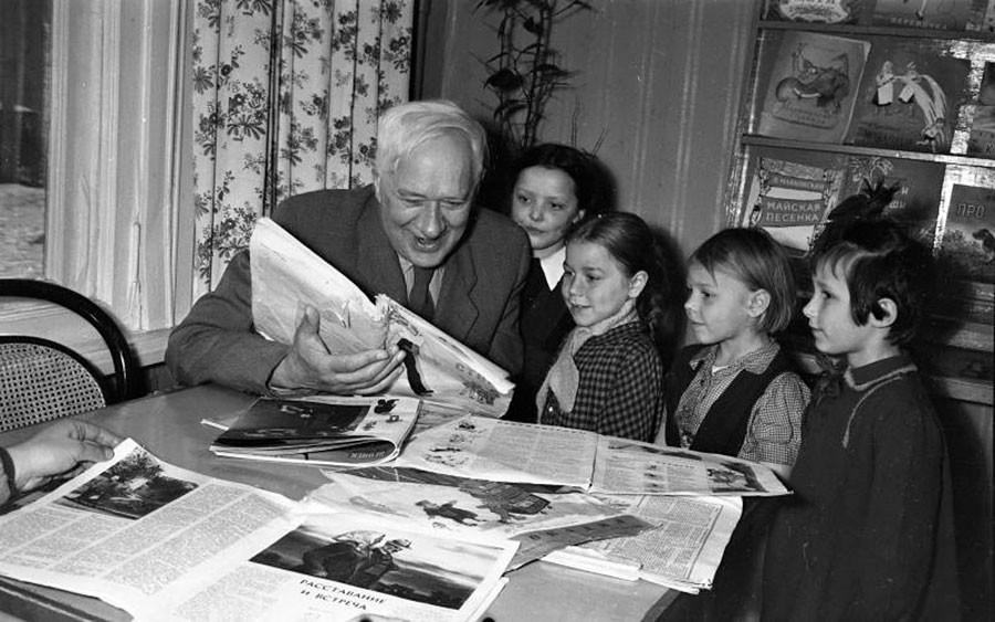 児童文学作家コルネイ・チュコフスキーと若き読者たち。1957年