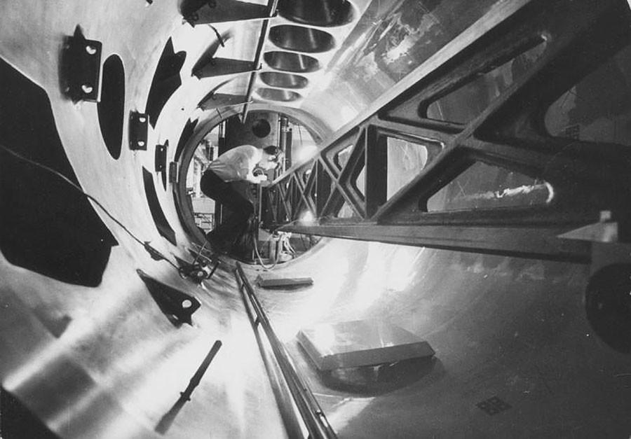 泡箱「ミラベリ」の組立て。モスクワ州プロトヴィノの高エネルギー物理学研究所。1970年代