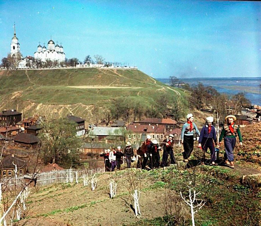 ウラジーミル(モスクワの200キロメートル東)旧市街の観光客