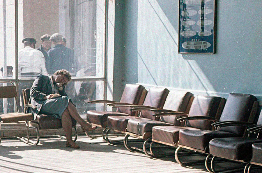 ヴヌコヴォ空港で飛行機を待つ旅客