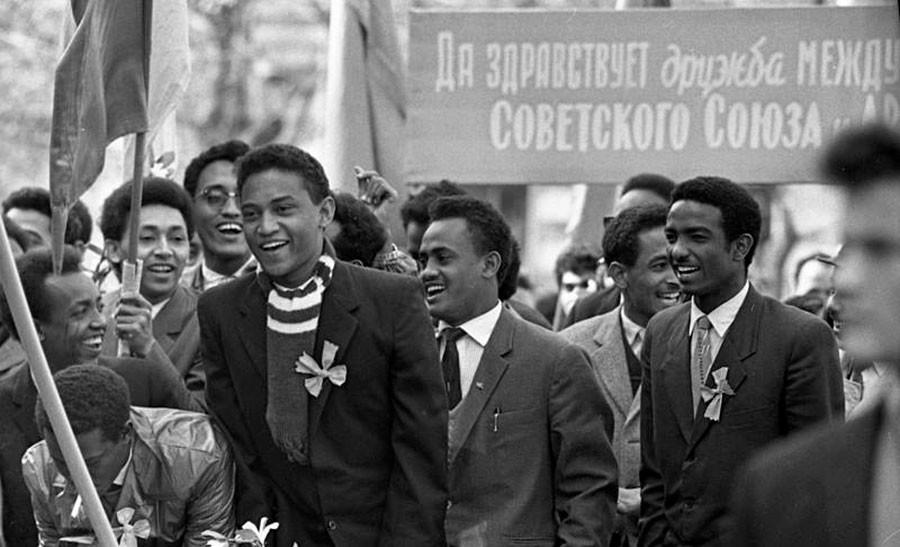 「諸民族の友情」。モスクワの学生ら