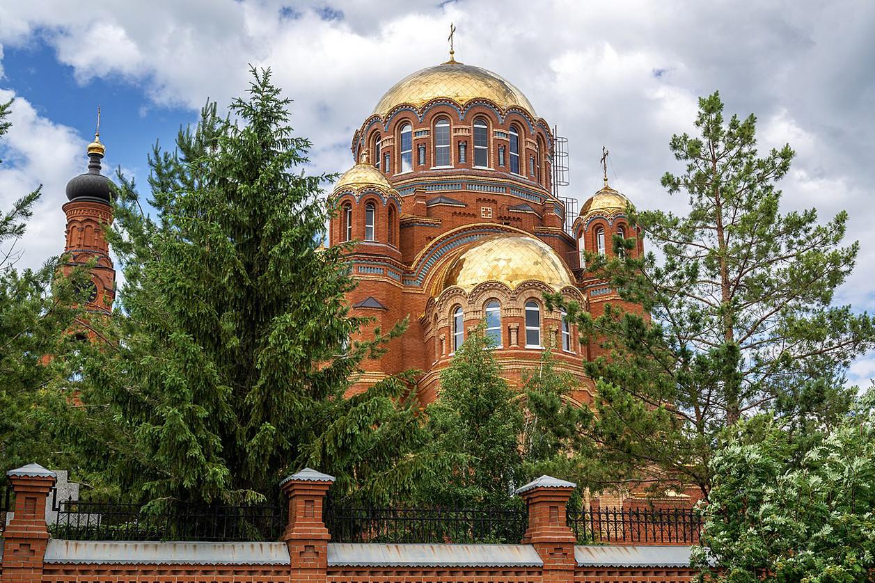 Kirche St. Simeon von Werchoturje, Saraktasch, Region Orenburg, 1958. Rechts: die neue Kathedrale, die an Stelle von St. Simeon errichtet wurde