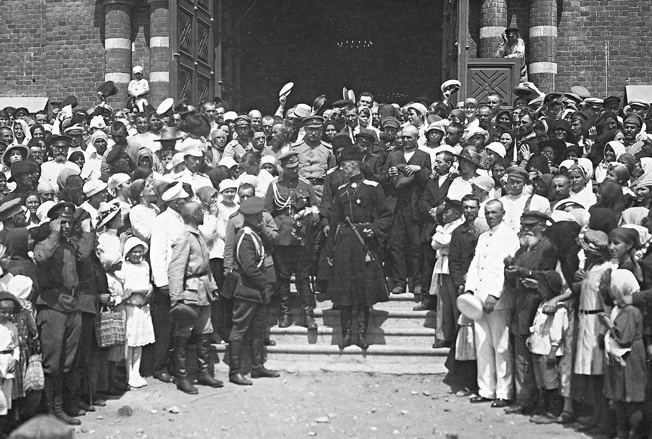 General Wrangel po bogoslužju v ponovno okupiranem Caricinu leta 1919