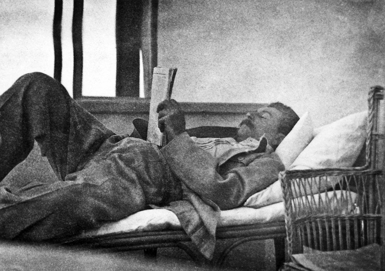 Stalin med prebiranjem časopisa