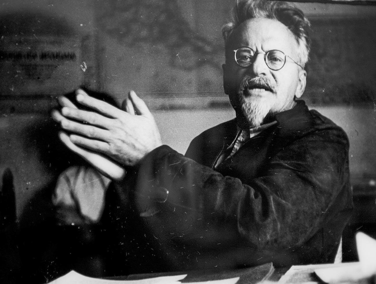 Lev Trocki med govorom v svojem kabinetu v času izgnanstva v Mehiki