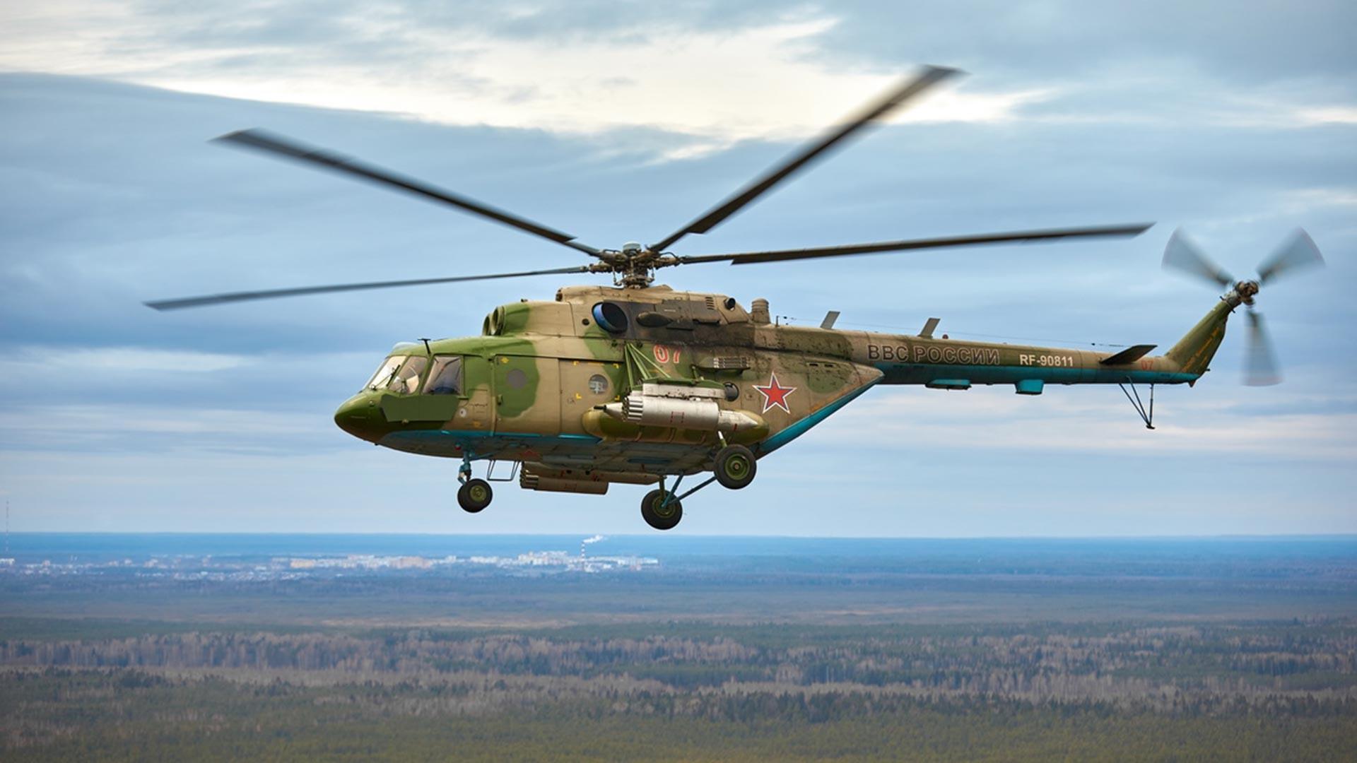 Helikopter Mi-8 milik Satuan Angkatan Udara dan Pertahanan Udara Leningrad selama salah satu tahapan kompetisi Aviadarts 2020.