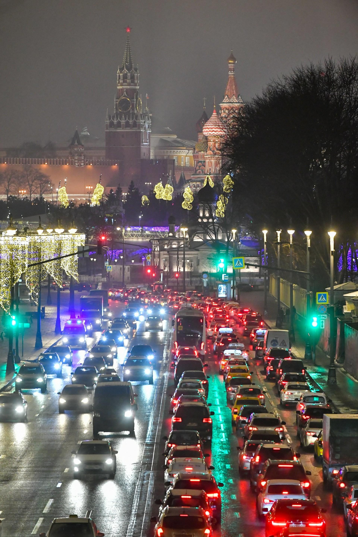 Kemacetan di pusat Kota Moskow pada malam 30 Desember 2020.