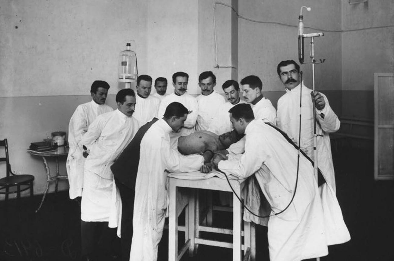 チフスを予防するサルバルサン(いわゆる606号)の接種を受ける帝政孤児院の子ども、1910年