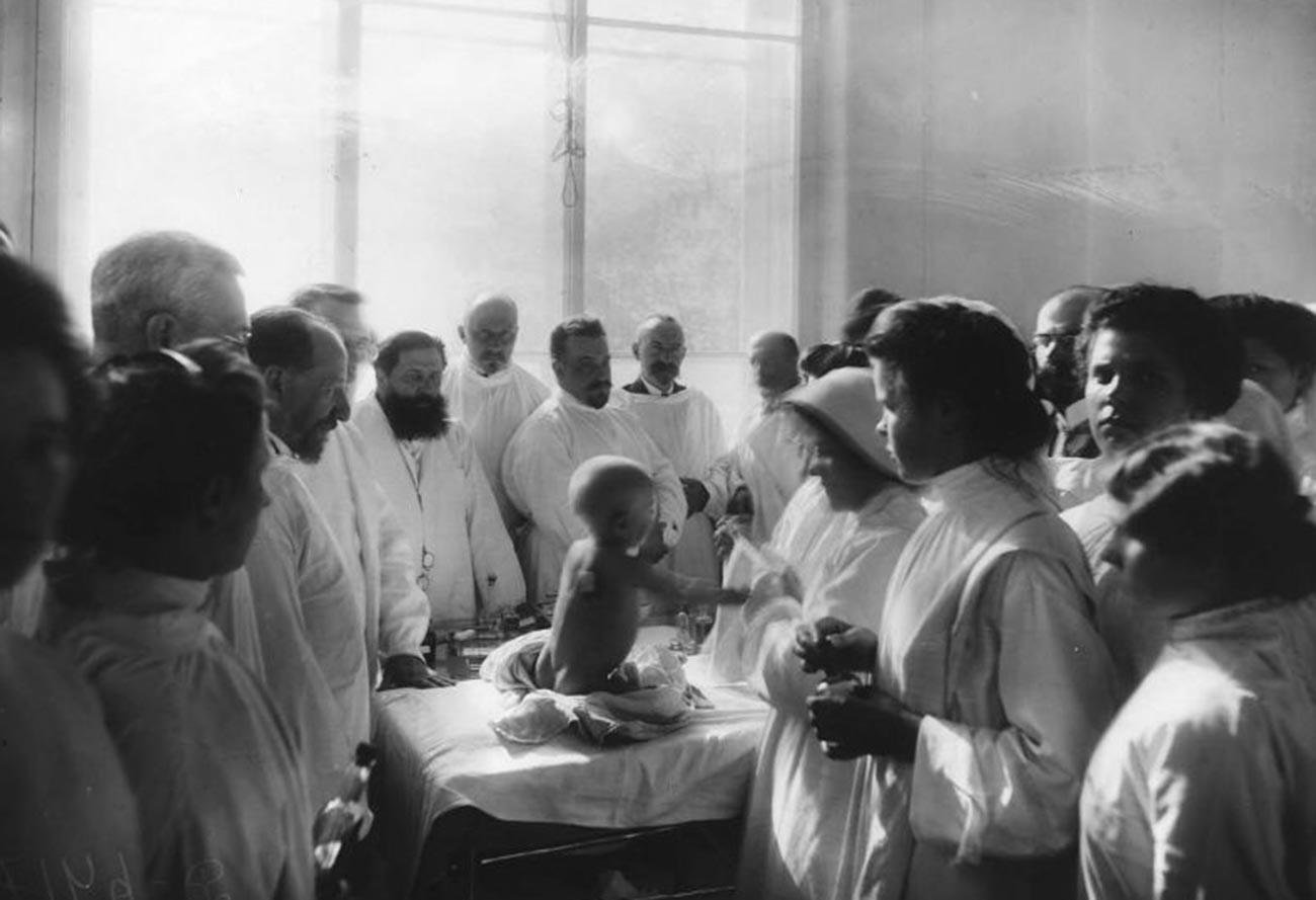 先天性梅毒の予防接種を受ける赤ちゃん、1910年