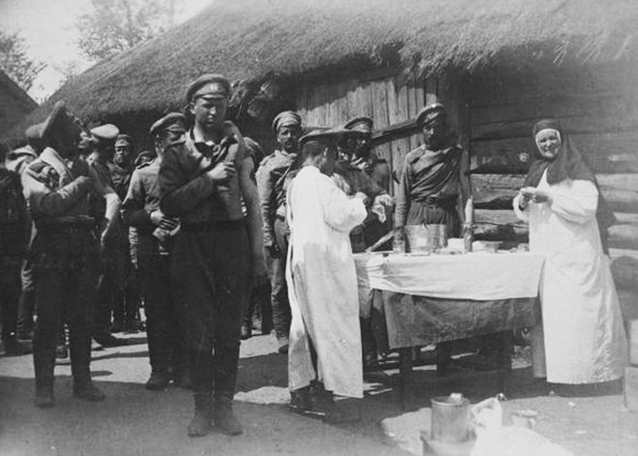 第一次世界大戦中にコレラの予防接種を受ける兵士たち、1914年