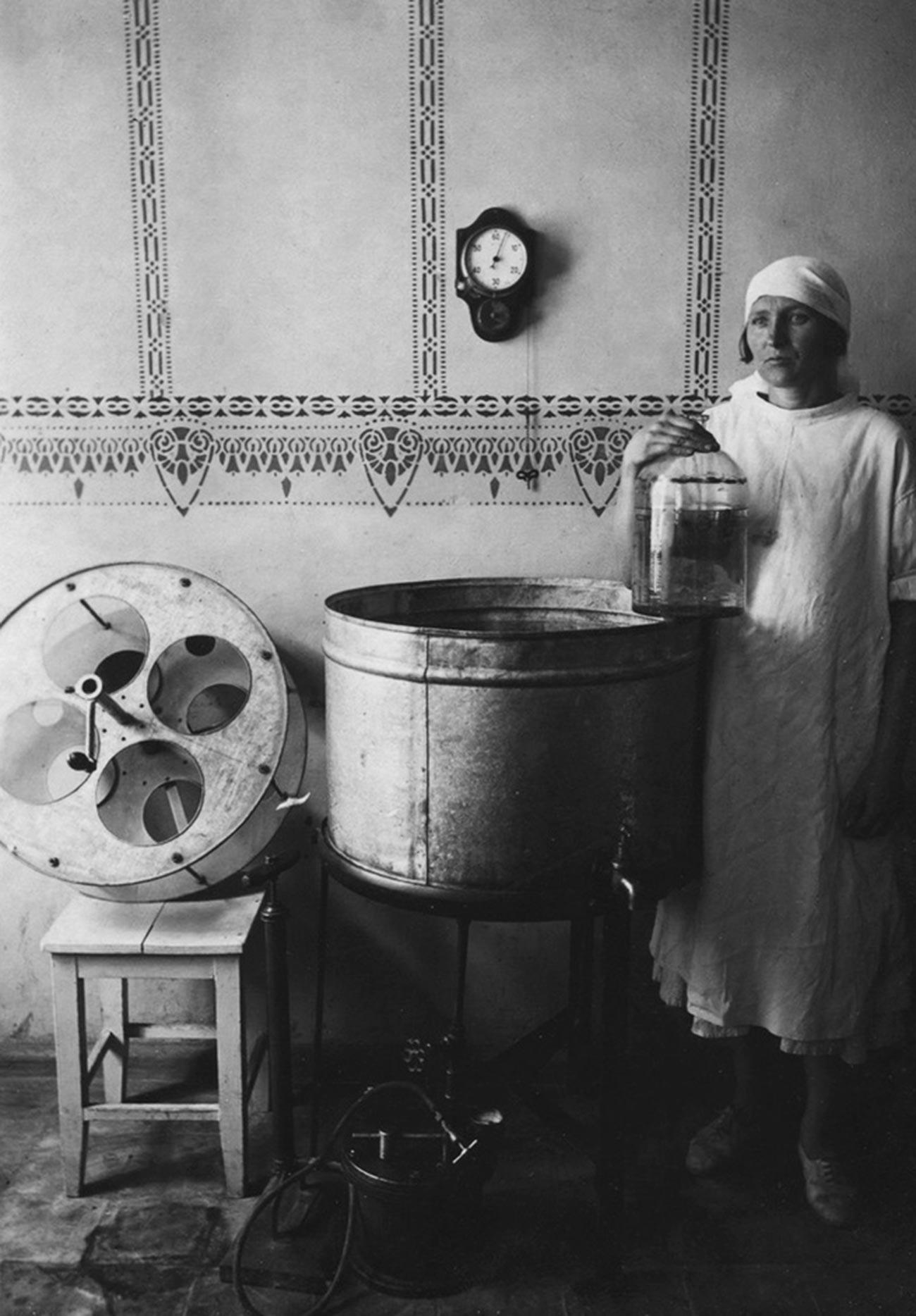 ウズベク共和国タシケントのワクチン・ホエイ研究所でポーズを取る看護婦、1920年代