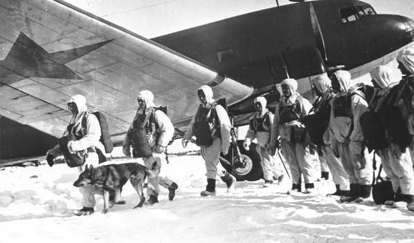 Tropas soviéticas desembarcan de un Lisunov Li-2, versión soviética del DC-3