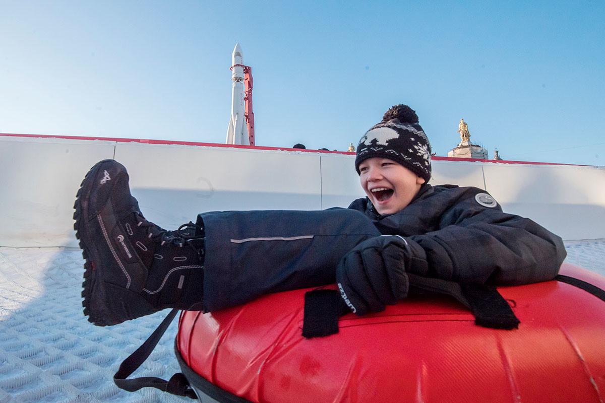 Un enfant faisant de la luge au parc VDNKh, à Moscou