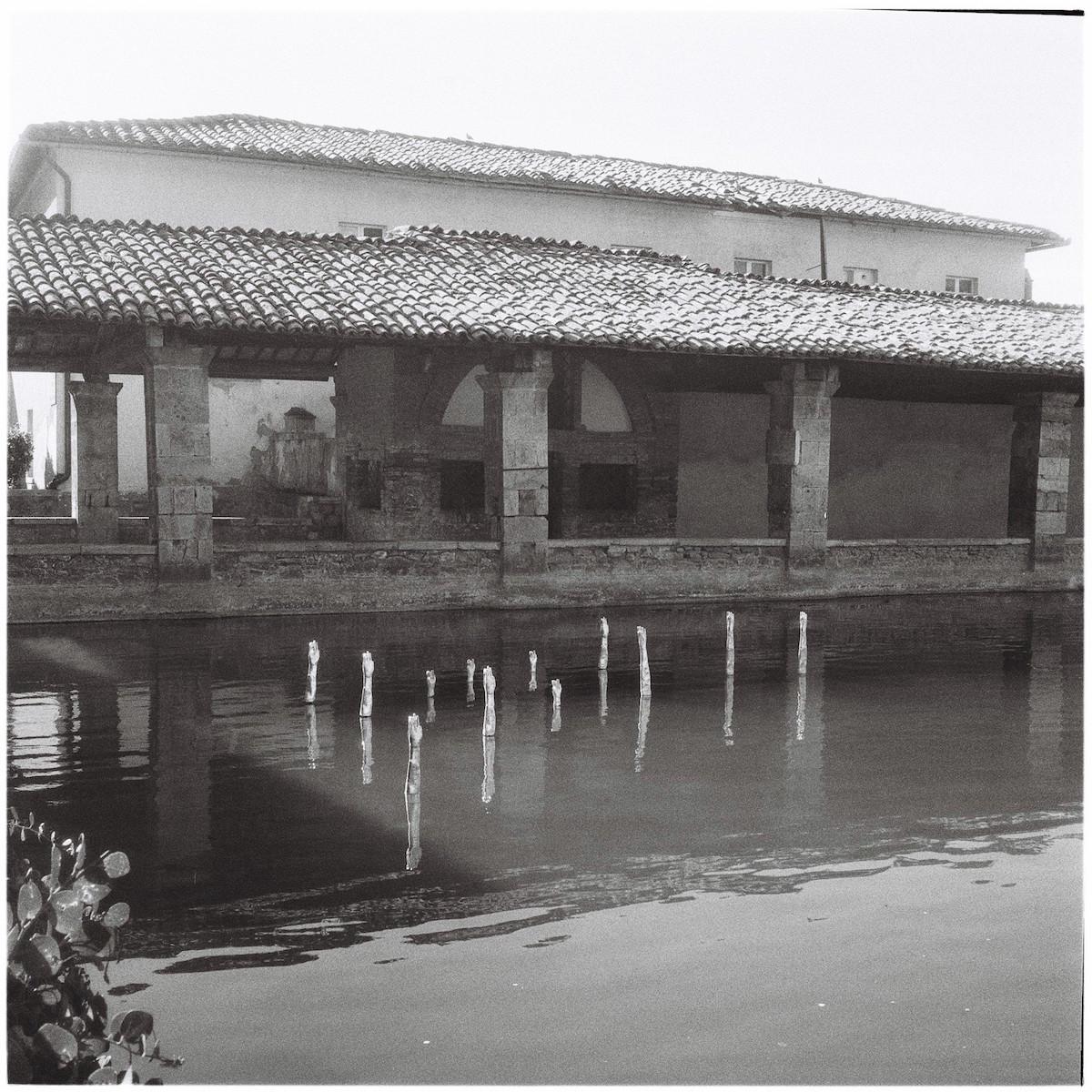 Namsal Siedlecki, Trevis Maponos, 2020, Piazza delle Sorgenti, Bagno Vignoni