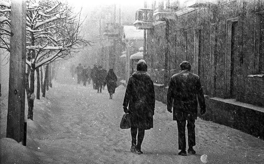 Il neige sur la ville.