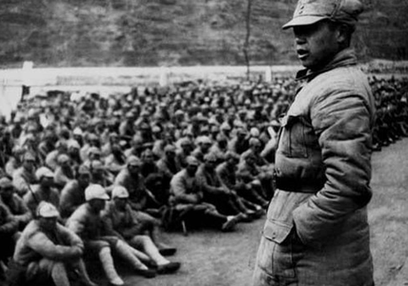 El líder comunista Chen Xilian dirigiéndose a los soldados del Ejército de Liberación del Pueblo Chino en 1940.
