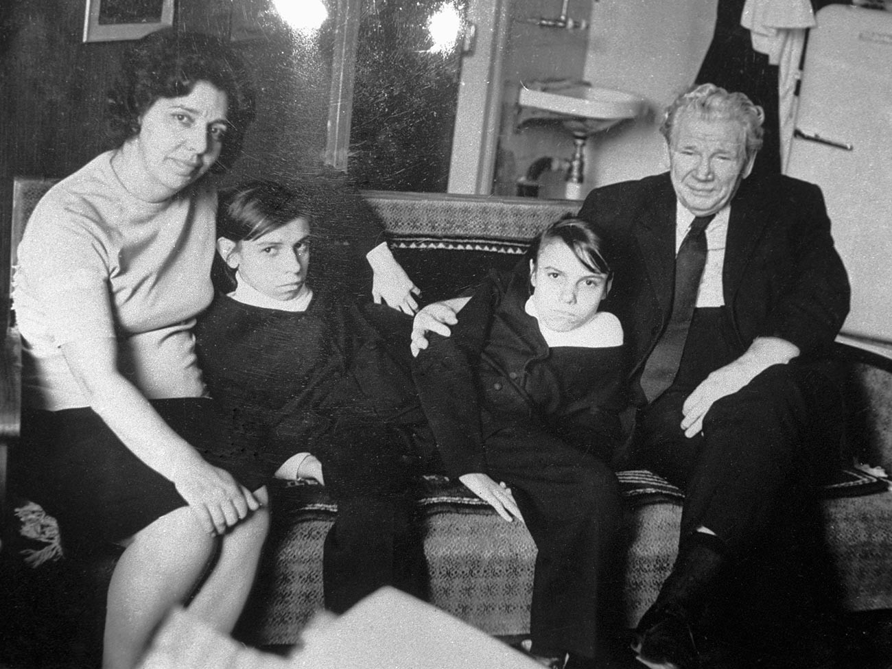 Маша и Даша са професором Анохином и Надеждом Гороховом која им је постала друга мајка