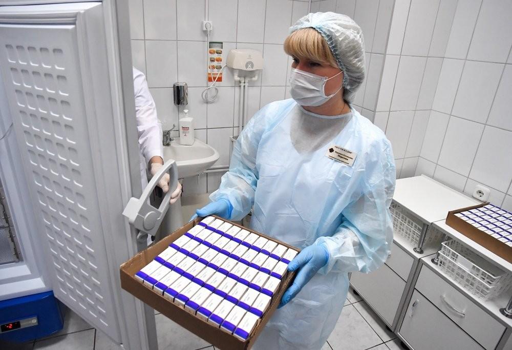 Un momento della consegna delle fiale di vaccino al policlinico N.2 di Mosca
