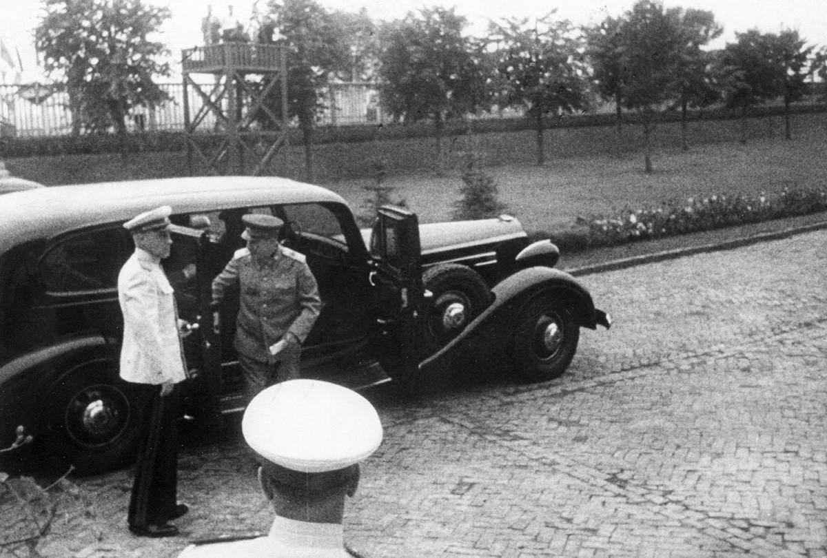 Јосиф Стаљин излази из свог аутомобила (Packard 12 из 1937). Фотографија снимљена крајем 1940-их.