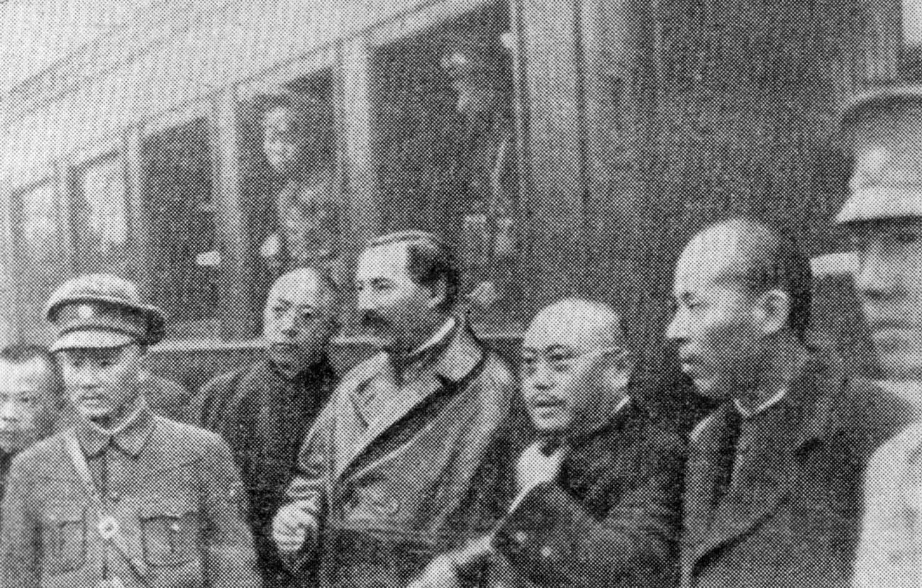 Отпътуване от Нанчанг. М.М. Бородин в средата на групата.