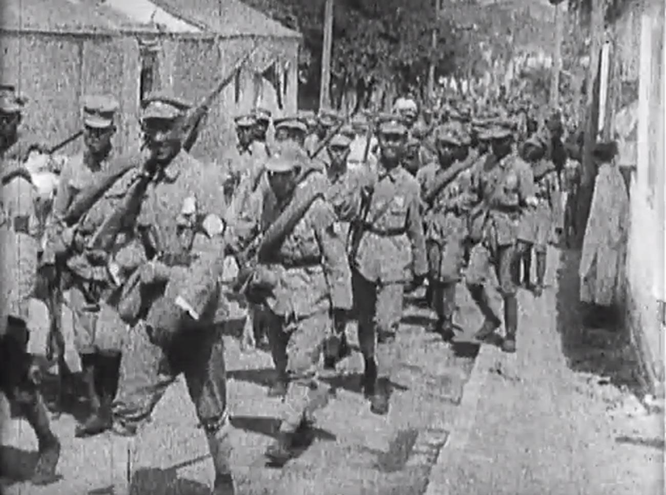 Маршируват войски на Националната революционна армия.