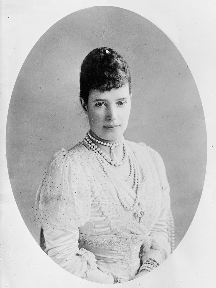 Janda Permaisuri Maria Fyodorovna dari Rusia, 1911. Adik perempuan Alexandra, Permaisuri Raja Edward VII dari Inggris, Dagmar dari Denmark (1847—1928) menikah dengan calon Kaisar Aleksandr III, 9 November 1866.