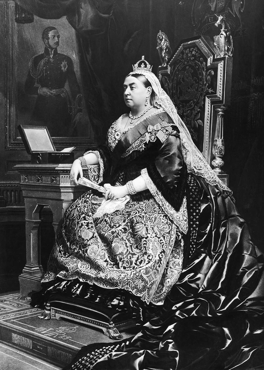 Lukisan Ratu Victoria, 1883 (1819—1901), diambil dari foto tahun 1882 oleh Alexander Bassano. Di belakang ratu adalah potret mendiang suaminya, Pangeran Albert, yang digambar oleh seniman Jerman Franz Xaver Winterhalter.