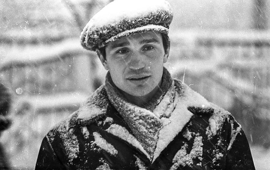 Ein junger Mann bedeckt vom Schnee