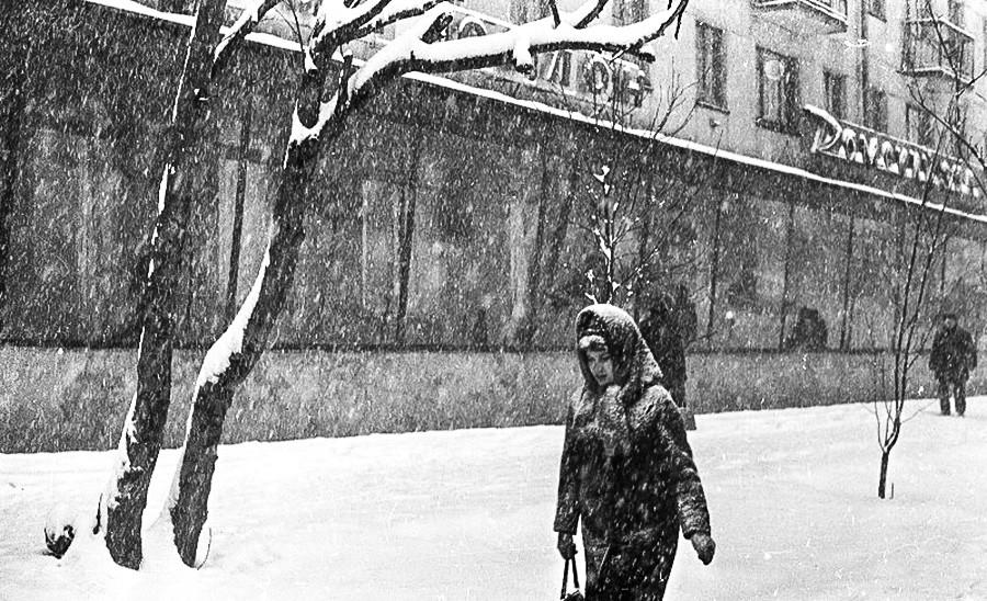 Das Leben geht weiter, auch wenn es heftig schneit.