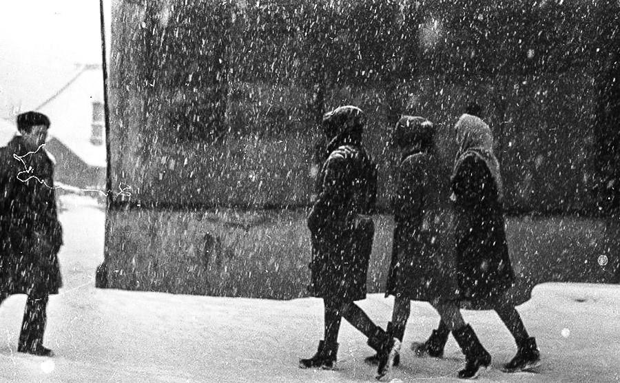 Menschen genießen einen Winterspaziergang.