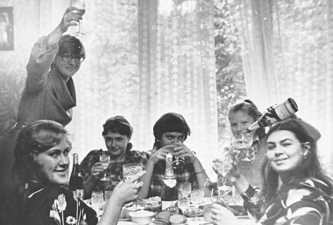 Mujeres celebran el cumpleaños de su amigo en 1979.