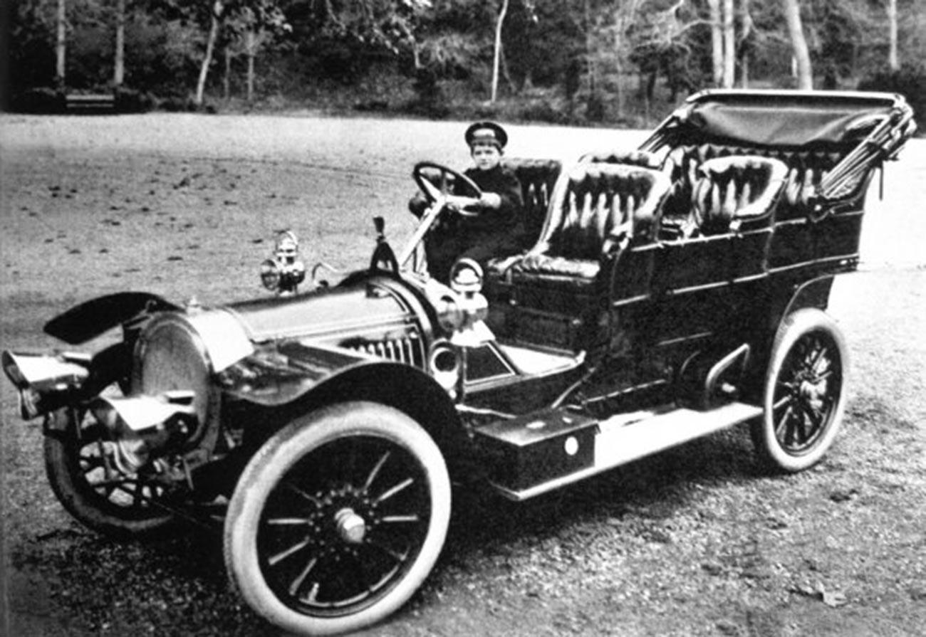 Ein Delaunay-Belleville, der der kaiserlichen Familie gehörte. Der Junge am Steuer ist Zarewitsch Alexei Romanow.