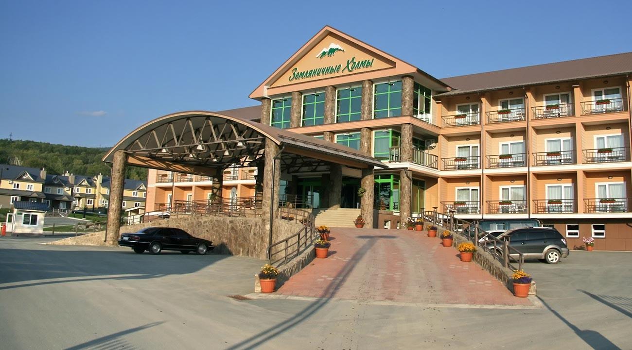 Le bâtiment de l'hôtel Zemlianitchnyé Kholmi est au centre de la ville américaine à Sakhaline