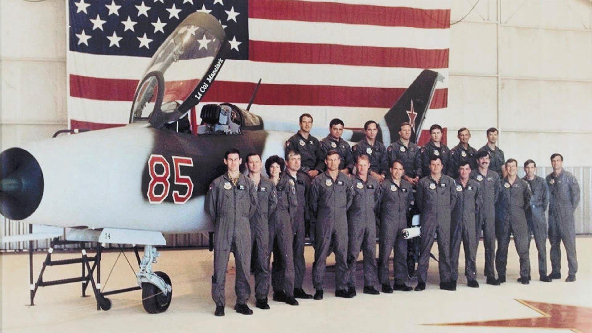 Membres des Red Eagles devant un MiG-21