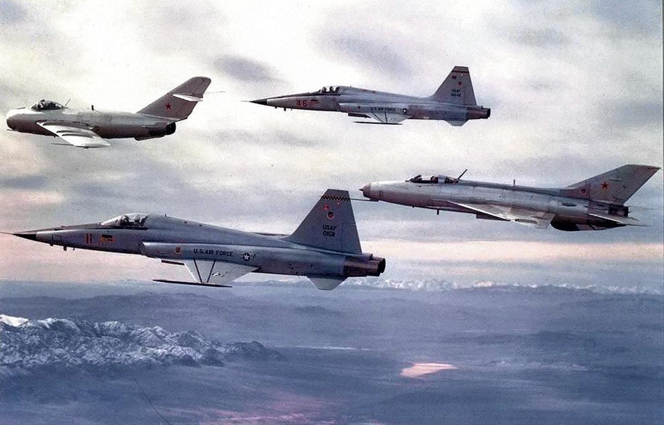 Un F-5E de la Force aérienne des États-Unis volant avec un MiG-17 et un MiG-21 soviétiques du 4477e escadron de test et d'évaluation