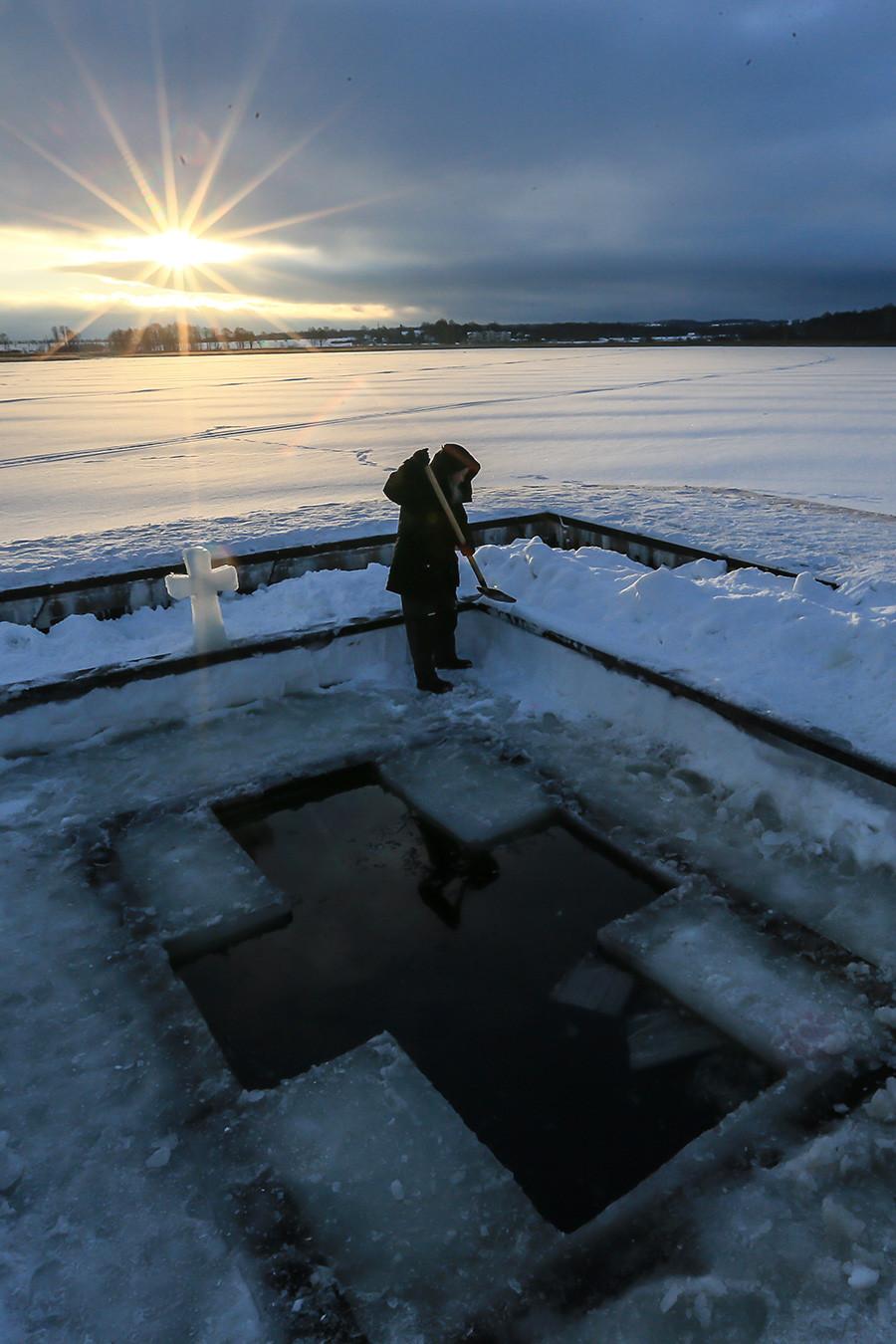 モスクワ州で水に浸かるための「ヨルダン」の十字架を作る人