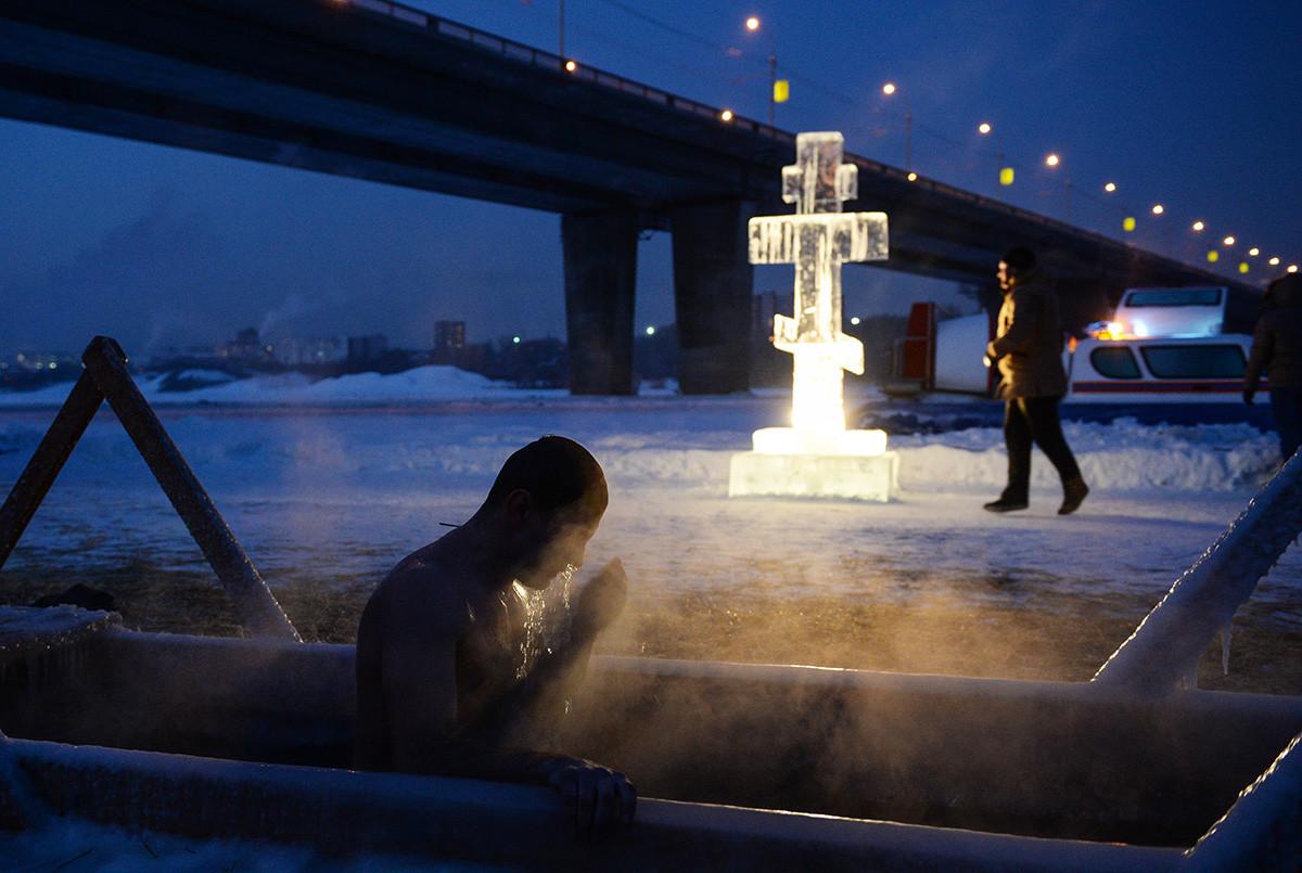 シベリアで水に浸かるーノヴォシビルスクのオビ川に作られた氷の穴