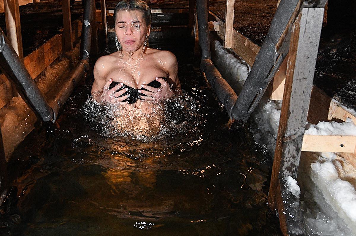 あらゆる年齢の女性も水に入る。モスクワでも・・・