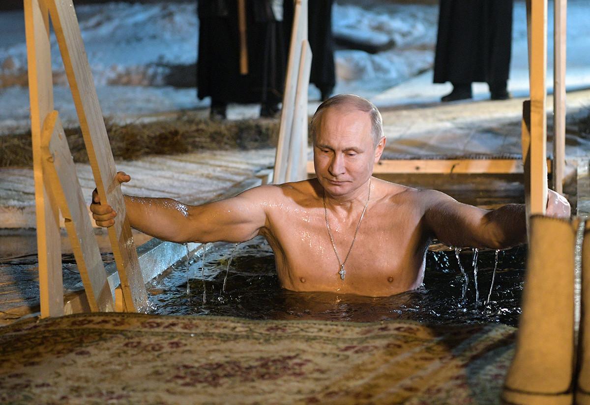 ウラジーミル・プーチン大統領も凍った水に入る