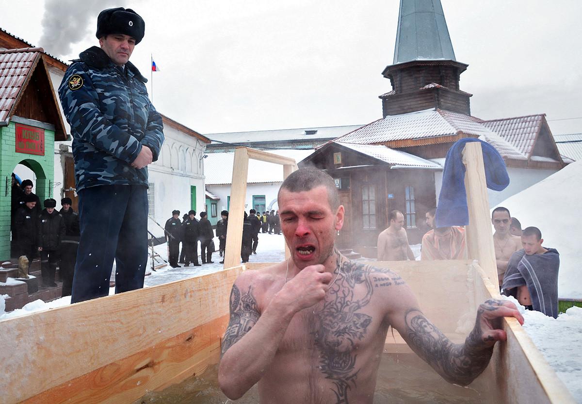 受刑者にも公現祭の水に浸かれる特別な場所が用意される
