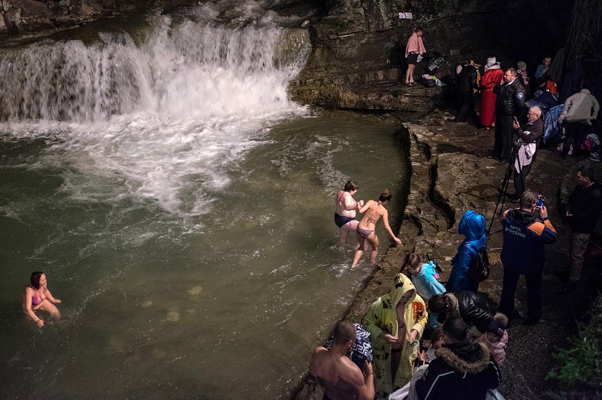 南部クラスノダール地方の人々は滝の中で