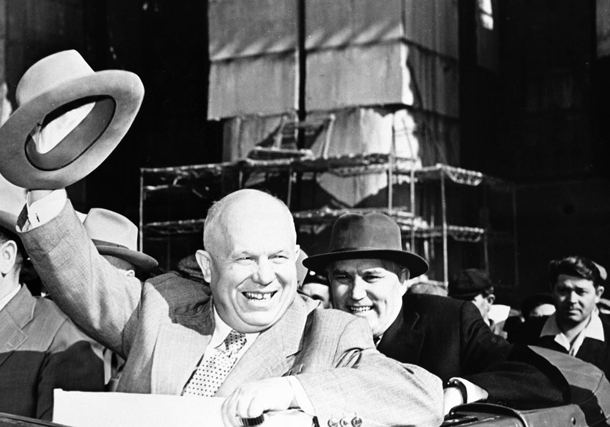 Първи секретар на Централния комитет на КПСС Никита Хрушчов (вляво), първи заместник-председател на Съвета на министрите на СССР Фрол Романович Козлов (вдясно) в Сталинградската ВЕЦ.