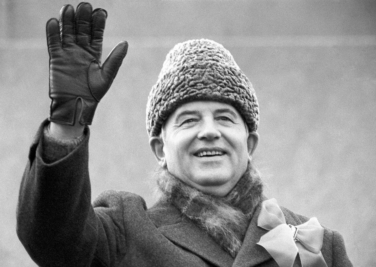 Москва. СССР. Генералният секретар на Комунистическата партия на Съветския съюз Михаил Горбачов маха на хората.