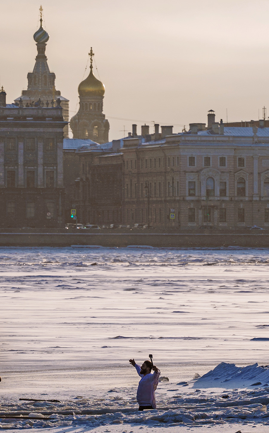 Un homme plonge dans l'eau au centre de Saint-Pétersbourg.