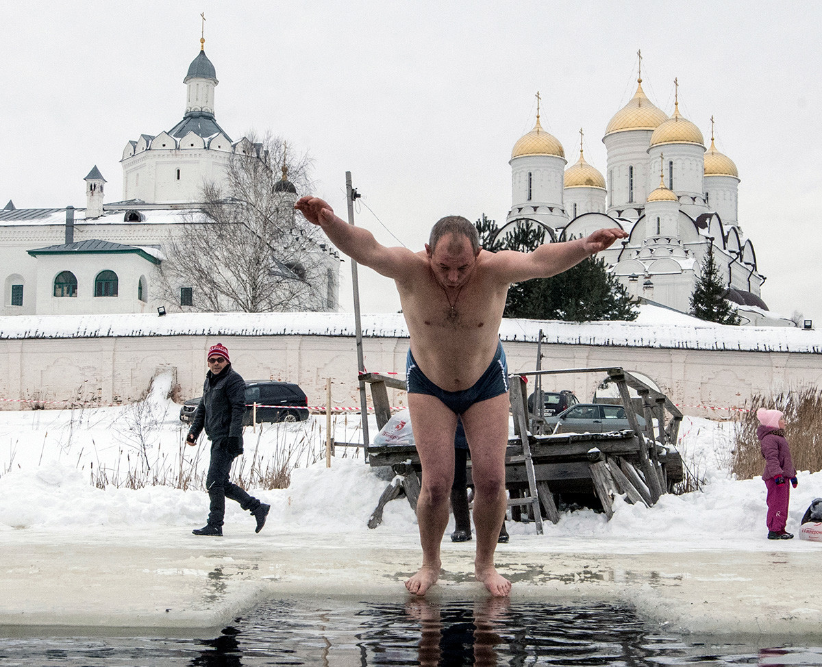 Tout le monde se baigne dans cette eau : les hommes...