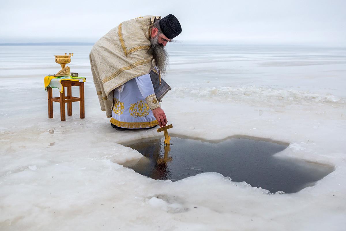 Les « Jourdains » pour le bain sont aménagés dans des lacs et plans d'eau à côté d'églises et monastères comme celui-ci en Carélie.