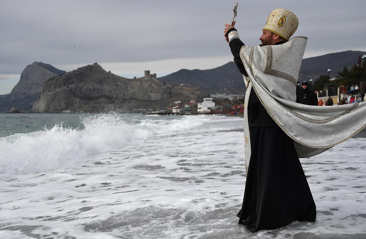 Parfois, il n'est pas nécessaire de faire un trou dans la glace – et les gens se baignent dans la mer comme en Crimée. Les prêtres se contentent de bénir l'eau à l'avance.