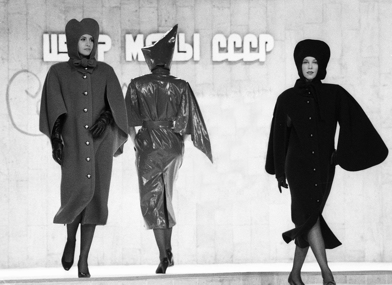 Modelos en la pasarela mostrando abrigos en el desfile del diseñador francés Pierre Cardin en Moscú, 1989
