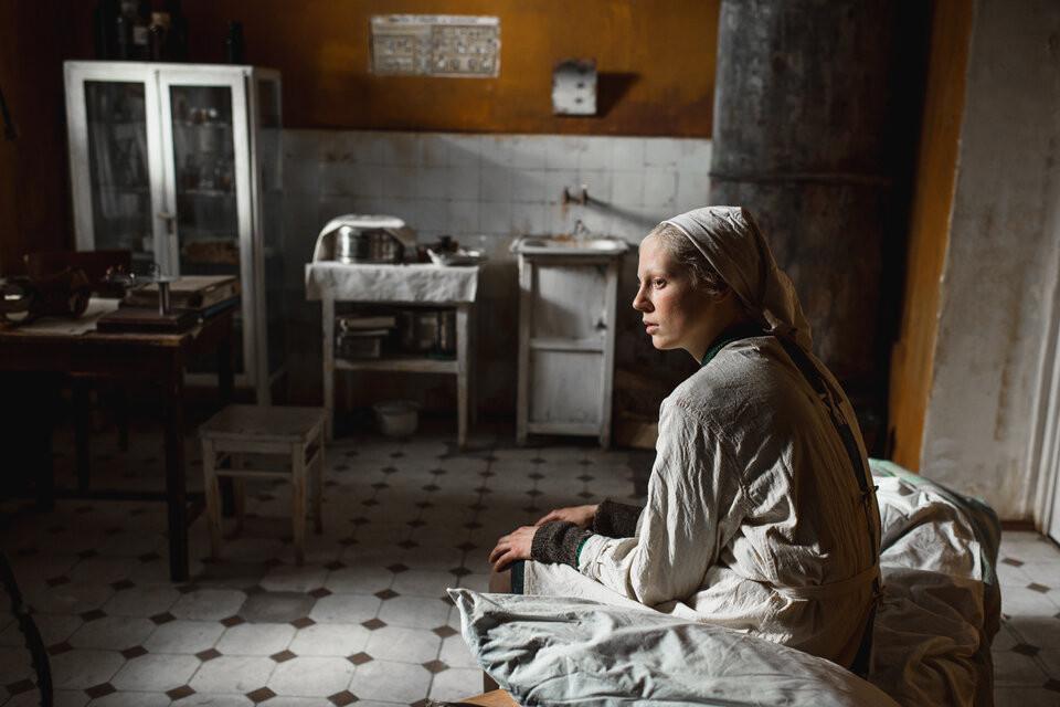 Cena do filme 'A Mulher Alta', dirigido por Kantemir Balagov